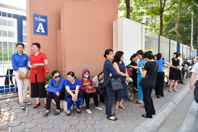 Phía bên ngoài cổng trường nhiều phụ huynh lo lắng đứng đợi chờ học sinh ra về. (Ảnh: Toàn Vũ)