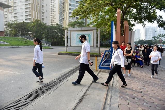 7h15 phút, nhiều học sinh đã vội vã bước vào bên trong cổng trường để chuẩn bị vào phòng thi. (Ảnh: Toàn Vũ)