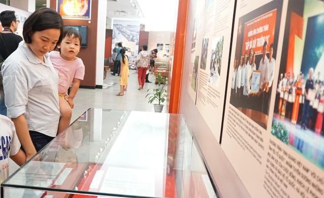 Ngay sau lễ cắt băng khi trương triển lãm, nhiều người dân và du khách đã đến tham quan, tìm hiểu.