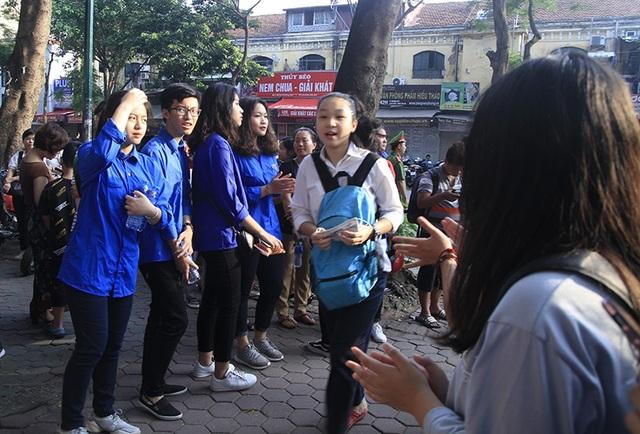 Lực lượng tình nguyện viên là học sinh - sinh viên thành phố Hà Nội tích cực hỗ trợ cho kì thi