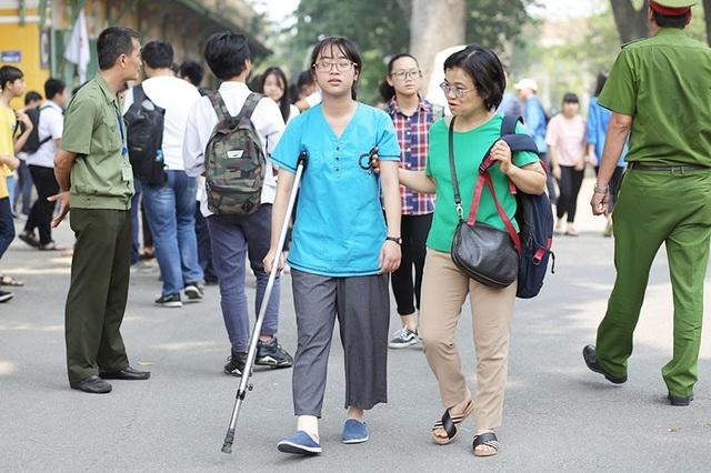 Một thí sinh bị thương ở chân được phụ huynh đưa đi thi tại điểm trường THPT Chu Văn An