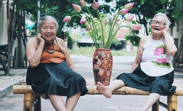 Niềm vui tuổi về già đôi khi cũng chỉ là những cuộc trò chuyện bên nhau đầy tiếng cười, nhưng qua bộ ảnh người xem như được truyền cảm hứng, thêm yêu đời và luôn cười rạng rỡ.