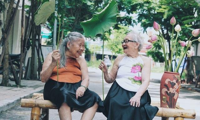 Được biết tại đây, cứ vào mỗi mùa hoa đều sẽ chụp ảnh cho các cụ nên bộ ảnh rạng rỡ bên hoa sen của hai cụ cũng ra đời như thế với mong muốn mang hương sen đến cho các cụ.