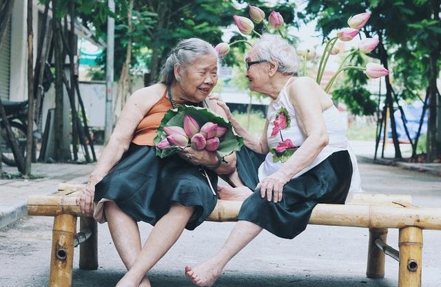 Trong ảnh là cụ bà Nguyễn Thị Kim (87 tuổi) mặc váy đen, yếm cam đất còn bên cạnh là cụ bà Trần Thị Yên (89 tuổi) mặc yếm trắng. Hai cụ đều đang sống trong một trung tâm dưỡng lão tại Hà Nội.
