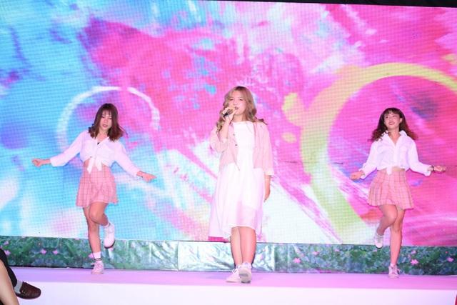 Giọng ca trẻ Bảo Ngọc (giữa) mang đến những tình khúc ngọt ngào.