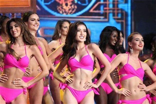 Á hậu Huyền My (giữa) trong phần thi bikini tại cuộc thi Hoa hậu Hòa Bình Quốc tế 2017.