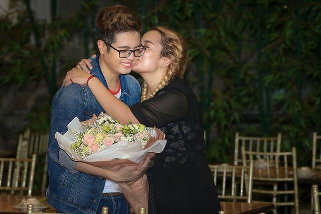 Tố Tố cũng nhiều lần bày tỏ cảm xúc và thân mật khi liên tục ôm hôn Bùi Anh Tuấn trong chương trình.