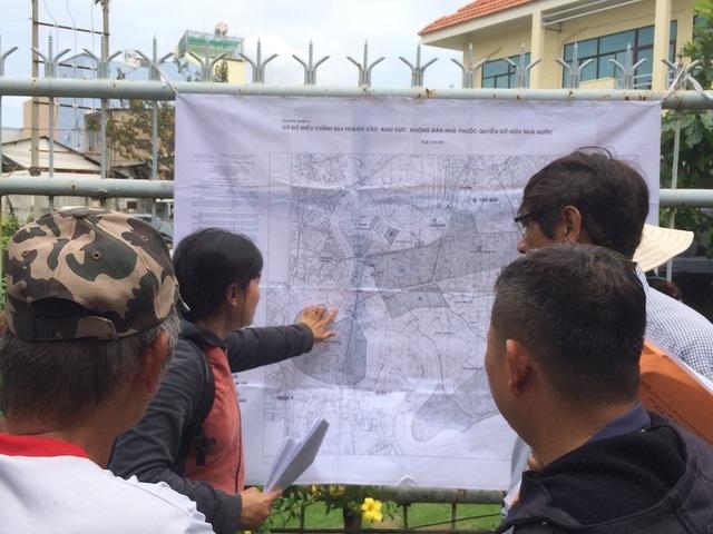 Người dân căng bản đồ quy hoạch khu đô thị mới Thủ Thiêm trước cổng Trung tâm Bồi dưỡng chính trị quận 2