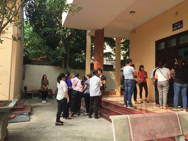 Ngay từ sáng sớm nay, rất đông phụ huynh các nạn nhân và người dân đến để xem toà xử.