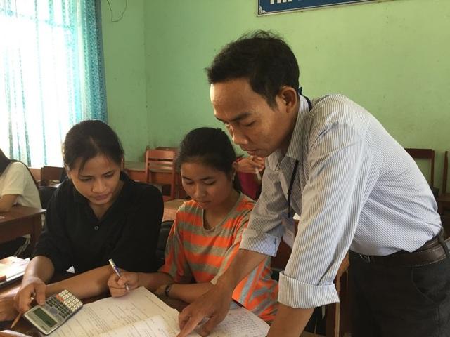 Học sinh trường THCS&THPT Phạm Kiệt huyện Sơn Hà nỗ lực ôn tập dưới sự hỗ trợ của giáo viên