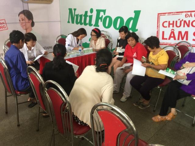 Bác sĩ NutiFood tư vấn dinh dưỡng cho các cụ trong Ngày hội Người cao tuổi quận 11