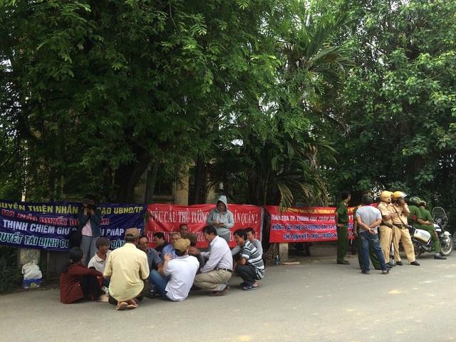 Nhiều người dân không được dự nên ngồi chờ trước cổng Trung tâm Bồi dưỡng chính trị quận 2