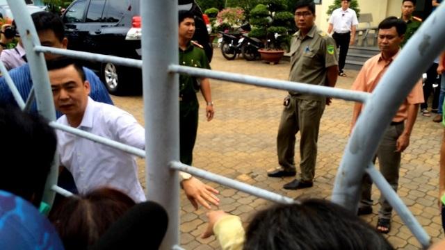 Ông Nguyễn Hồng Điệp chia sẻ với người dân chờ đợi bên ngoài khi kết thúc buổi gặp gỡ