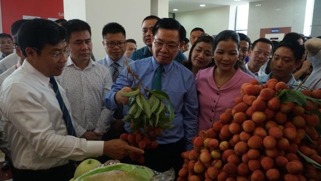 Đồng chí Vương Đình Huệ, Uỷ viên Bộ Chính trị, Phó Thủ tướng Chính phủ thăm gian hàng trưng bày sản phẩm vải thiều