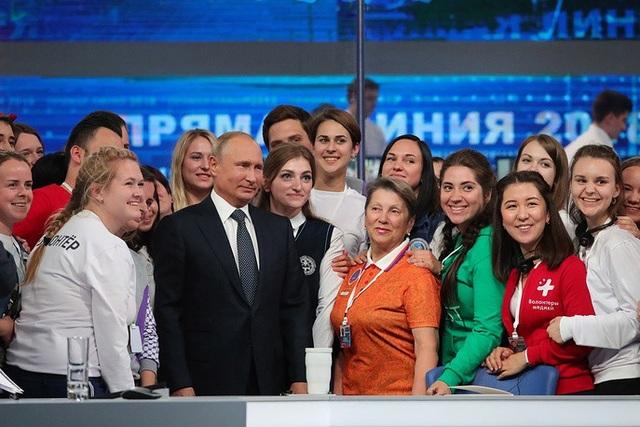 Đây là cuộc đối thoại trực tuyến đầu tiên của Tổng thống Putin trong nhiệm kỳ mới và là cuộc đối thoại thứ 16 kể từ năm 2001 của ông trong cả vai trò Tổng thống và Thủ tướng Nga. Năm 2013, ông Putin lập kỷ lục với việc trả lời câu hỏi trong 4 giờ 48 phút. Năm 2017, cuộc đối thoại này kéo dài 3 giờ 56 phút.