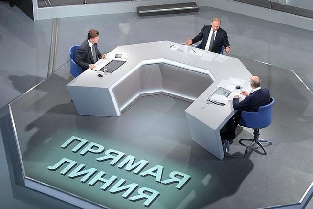 Ông Putin cũng giải đáp các thắc mắc về quan hệ Nga - Mỹ, Nga - Anh, Nga - Trung, vấn đề Ukraine, cộng đồng người nói tiếng Nga tại các nước Baltic, vấn đề Syria,… trong cuộc đối thoại trực tuyến với người dân.