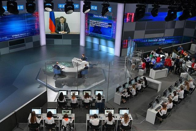 Điểm nổi bật trong cuộc đối thoại trực tuyến năm nay là có sự tham gia của các bộ trưởng liên bang và lãnh đạo các vùng, các tỉnh thông qua hình thức kết nối trực tuyến. Ông Putin đã yêu cầu các quan chức phải giữ liên lạc trong suốt buổi đối thoại.