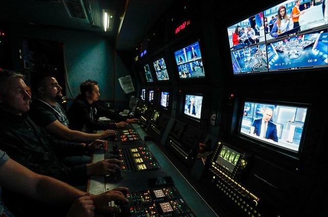 Các nhân viên của đài NTV làm việc trong phòng vận hành để phát sóng trực tiếp cuộc đối thoại của Tổng thống Putin.
