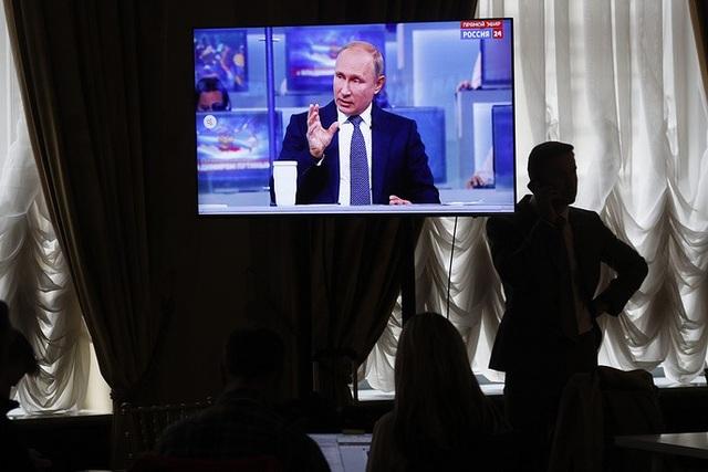 Tổng thống Putin cũng đưa ra những đánh giá công khai về tình hình phát triển của đất nước, bao gồm tăng trưởng kinh tế, trước sự chứng kiến của người dân.
