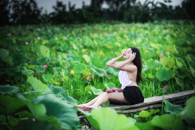 Vì hướng tới vẻ đẹp gợi cảm, hiện đại, ghi dấu khoảnh khắc thanh xuân của người con gái, Minh Chi không ngại ngần buông hững hờ dây yếm.