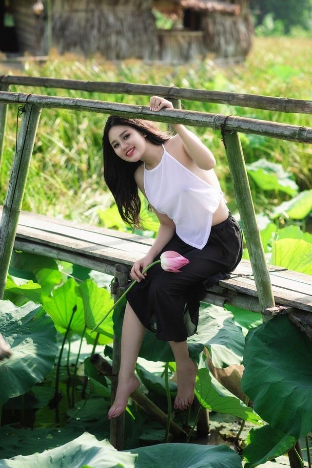 Minh Chi trong bộ váy nâu, yếm trắng chọn phong cách tạo dáng sexy và đã có một bộ ảnh đẹp quyến rũ, khoe trọn được nét đẹp xuân thì.