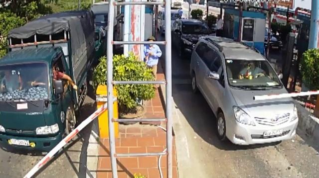 Hình ảnh một tài xế cầm dao chặt gãy barie để cho xe qua.