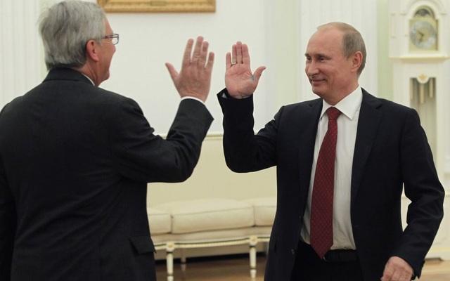 Tổng thống Nga Vladimir Putin đập tay với Chủ tịch Ủy ban châu Âu EC Jean-Claude Juncker trong một cuộc gặp năm 2012. (Ảnh: Getty)