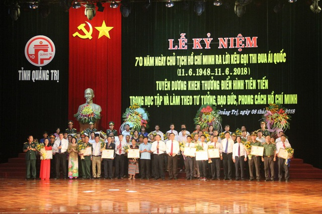 Lãnh đạo tỉnh Quảng Trị tặng Bằng khen cho các cá nhân điển hình tiên tiến
