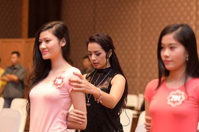 Cựu người mẫu Thúy Hằng rèn dáng cho thí sinh Hoa hậu Việt Nam 2014.