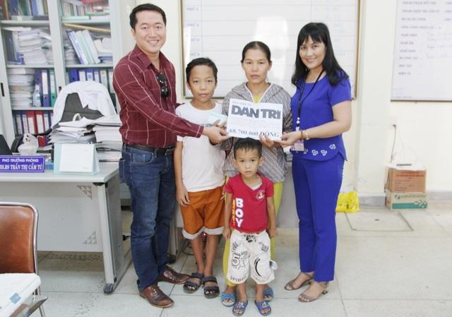 BS Trần Thị Cẩm Tú, Phó Phòng Kế hoạch - Tổng hợp, Bệnh viện Trung ương Huế cùng PV Dân trí trao quà nhân ái cho chị Hương và 2 cháu