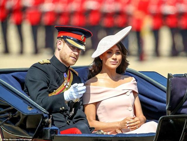 Công nương Meghan Markle cùng chồng, hoàng tử Harry vừa trở về Anh sau tuần trăng mật ở Ai len