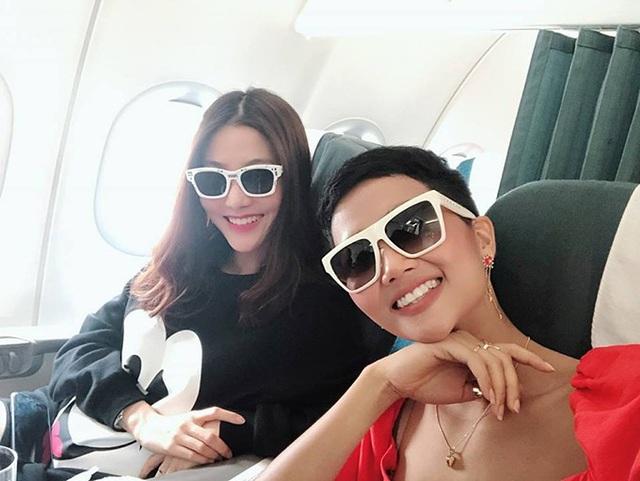 Cùng đi chung chuyến bay với Hoa hậu Hhen Niê, Diễm My 9X dành nhiều lời khen tặng cho hoa hậu Hoàn vũ, cô chia sẻ: Cô hoa hậu này đáng yêu lắm à nhen. Ngồi kế nàng trong một chuyến bay luyên thuyên mãi nên thấy chuyến bay không dài.