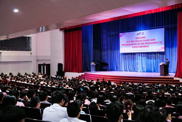 """Trung tâm giáo dục thế giới thế kỷ 21 – Phương Đông hay Phương Tây"""" là chủ đề mà ông Václav Klaus trao đổi với sinh viên"""