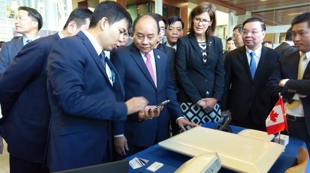 Thủ tướng Nguyễn Xuân Phúc cùng Đoàn đại biểu cấp cao Việt Nam thăm các gian hàng trình diễn công nghệ.