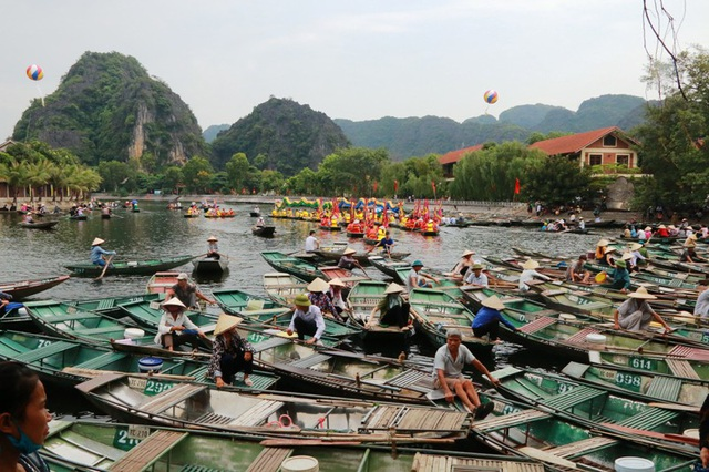 Bến thuyền Tam Cốc rộn ràng trong ngày khai hội.