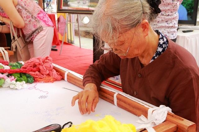 Trình diễn nghề thêu ren Văn Lâm.