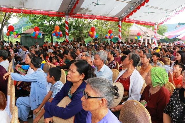 Đông đảo người dân và du khách thập phương dự lễ khai mạc tuần du lịch Ninh Bình.
