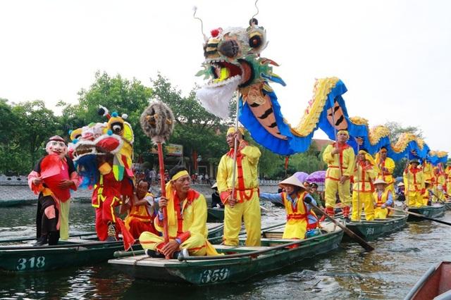 Rước rồng trên sông Ngô Đồng