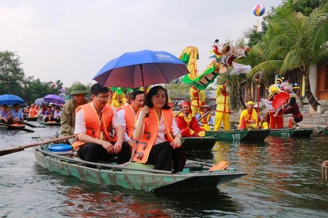 Bà Nguyễn Thị Thanh - Bí thư tỉnh Ninh Bình cùng các đại biểu và du khách ngồi thuyền tham quan mùa vàng Tam Cốc.