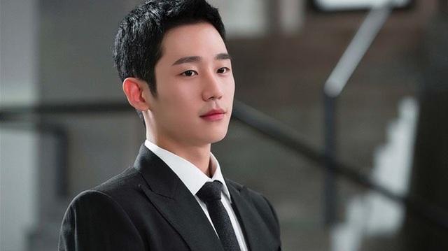 """Trước đó, Jung Hae In cũng được biết rộng rãi dù chỉ đảm nhận vai nam phụ bên cạnh nam nữ chính Lee Jong Suk và Suzy trong phim """"Khi nàng sau giấc"""" (While you were sleeping). Hiện anh đang trực thuộc nhà FNC Entertainment."""