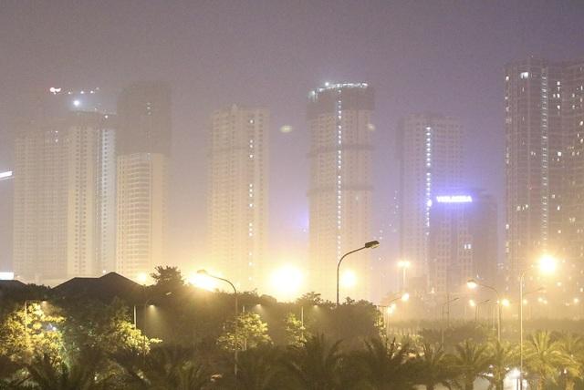 Các khu nhà cao tầng mờ ảo qua làn khói ở phía cuối đường Trần Duy Hưng.