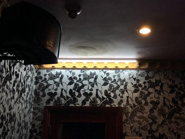 Theo một cán bộ đoàn kiểm tra, để đối phó với lực lượng chức năng, khách sạn đã thiết kế công tắc báo hiệu rất tinh vi, khi phát hiện đoàn kiểm tra nhân viên ở quầy lễ tân sẽ nhấn công tắc khiến bóng đèn báo hiệu ở toàn bộ các phòng karaoke phát sáng. Và theo đó, khi thấy đèn này phát sáng, các tiếp viên biết là đang có kiểm tra.
