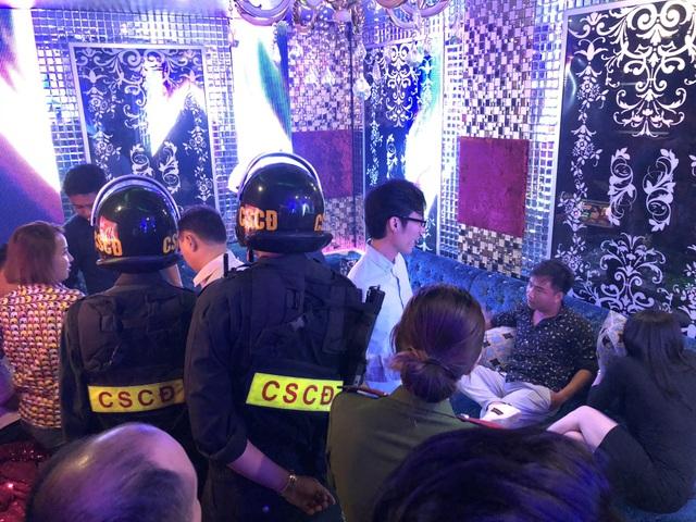 Khách trong quán karaoke Fyou cũng bất hợp tác với đoàn kiểm tra
