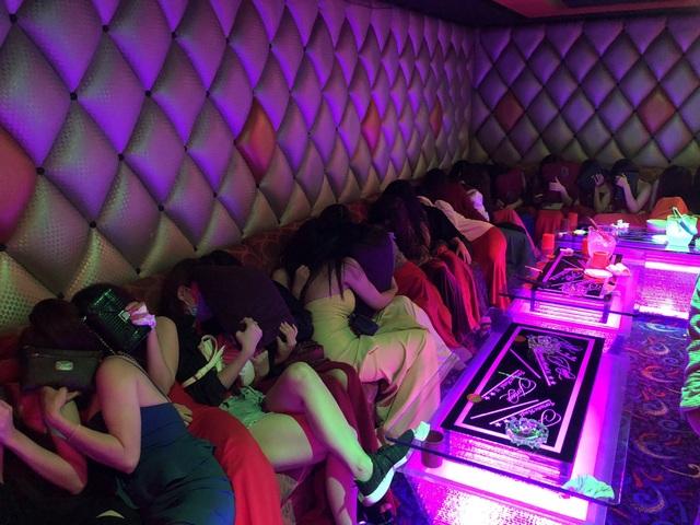Các tiếp viên phục vụ khách hát karaoke không phép bị kiểm tra