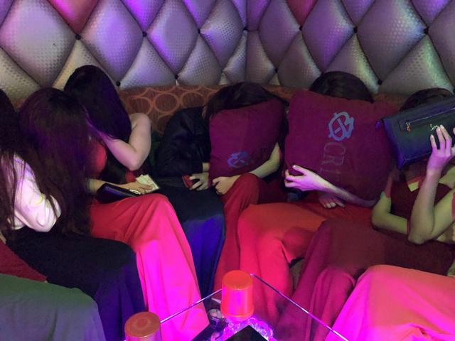 Hơn 100 tiếp viên quán karaoke ôm chui vào phòng bí mật trốn đoàn kiểm tra - 16