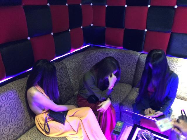 Hơn 100 tiếp viên quán karaoke ôm chui vào phòng bí mật trốn đoàn kiểm tra - 17