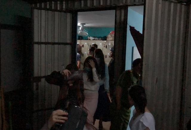 Những nữ tiếp viên trốn lên căn phòng bí mật được yêu cầu xuống dưới để kiểm tra hành chính
