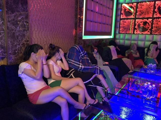 Các tiếp viên của cơ sở, trong đó có nhân viên massage