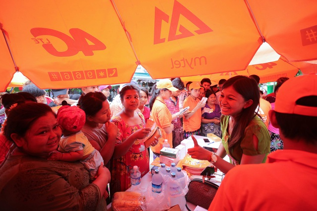 Đây là điểm bán lưu động của Mytel tại một chợ ở bang Tagain. Dù chưa được quảng cáo trước đó, nhưng khi được giới thiệu về các ưu đãi của gói cước Mite Tal (tiếng Myanmar là Cực chất), người dân đã đổ xô đến.