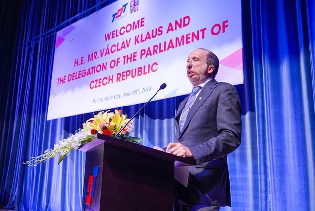 Chủ tịch UB Khoa học, Giáo dục, Văn hoá Thanh niên và Thể thao CH Séc đã dành thời gian trò chuyện với hơn nghìn cán bộ, sinh viên của trường ĐH Tôn Đức Thắng